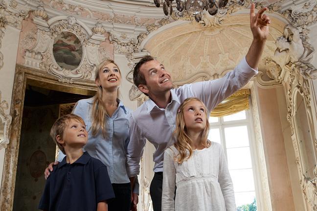 Familie beim Schlossbesuch; Foto: Staatliche Schlösser und Gärten Baden-Württemberg, Niels Schubert