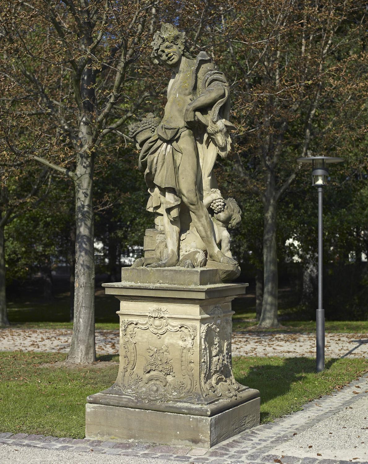 """Kopie der Sandsteinfigur des """"Herbstes"""", Original um 1750/70, im Garten von Schloss Bruchsal; Foto: Staatliche Schlösser und Gärten Baden-Württemberg, Arnim Weischer"""