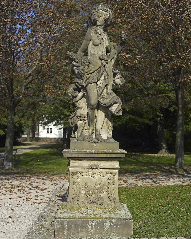 """Kopie der Sandsteinfigur des """"Sommers"""", Original um 1750/70, im Garten von Schloss Bruchsal; Foto: Staatliche Schlösser und Gärten Baden-Württemberg, Arnim Weischer"""