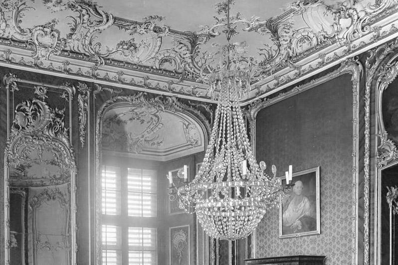 Nordwestecke des Roten Zimmers in Schloss Bruchsal, historische Fotografie vor der Zerstörung