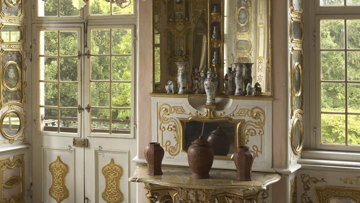 Porzellane im Spiegelkabinett von Schloss Favorite Rastatt; Foto: Staatliche Schlösser und Gärten Baden-Württemberg, Martine Beck-Coppola