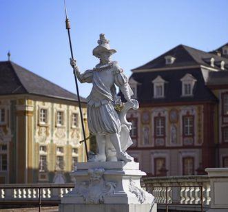 Hellebardier, Skulptur vor Fassade am Schloss Bruchsal, Joachim Günther zugeschrieben, um 1758; Foto: Staatliche Schlösser und Gärten Baden-Württemberg, Arnim Weischer