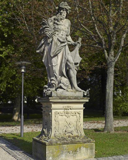 """Kopie der Sandsteinfigur des Elements """"Wasser"""", Original um 1750/70, im Garten von Schloss Bruchsal; Foto: Staatliche Schlösser und Gärten Baden-Württemberg, Arnim Weischer"""