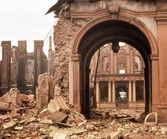 Ruine der Torwache von Schloss Bruchsal nach deren Zerstörung durch einen Luftangriff 1945