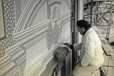 Restauratoren 1974 bei der Arbeit an der Fassade;  Foto: Staatliche Schlösser und Gärten Baden-Württemberg, Artur Hassler