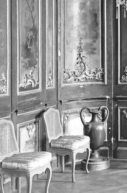 Schloss Bruchsal, Metallvase im Watteau-Kabinett um 1930