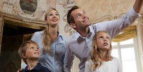 Familie beim Schlossbesuch