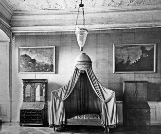 Historische Fotografie des ehemaligen Schlafzimmers der Markgräfin Amalie in Schloss Bruchsal vor der Zerstörung 1945