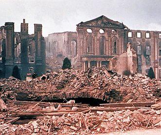 Aufnahme des Hauptbaus von Schloss Bruchsal nach der Zerstörung durch einen Luftangriff 1945; Foto: Landesmedienzentrum Baden-Württemberg, Urheber unbekannt