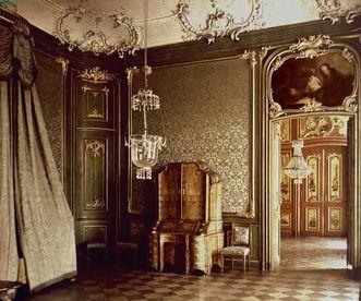 Blick durch die Tür des Schlafzimmers ins Watteau-Kabinett in Schloss Bruchsal; Foto: Staatliche Schlösser und Gärten Baden-Württemberg, Urheber unbekannt