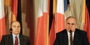 Helmut Kohl und François Mitterrand bei einer Pressekonferenz