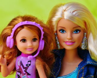 Die Puppen Barbie und Shelly